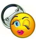 Göz Kırpan İfadeli Emoji İğneli Rozet 44 mm